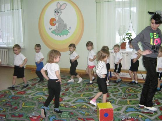 Дети идут за педагогом