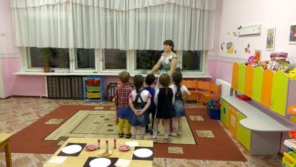 Дети окружили воспитателя