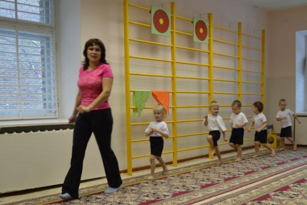 Дети шагают за педагогом