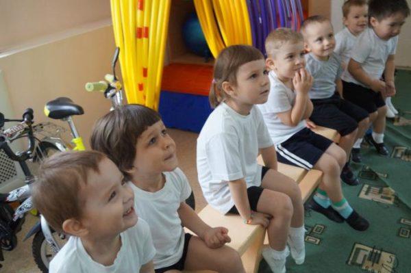 Дети сидят и слушают