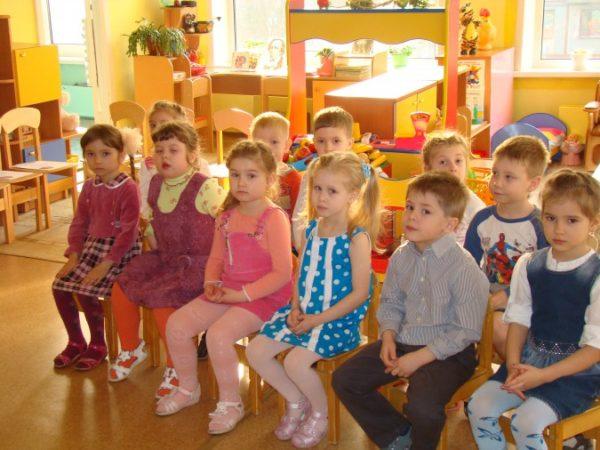 Дети сидят на стульчиках
