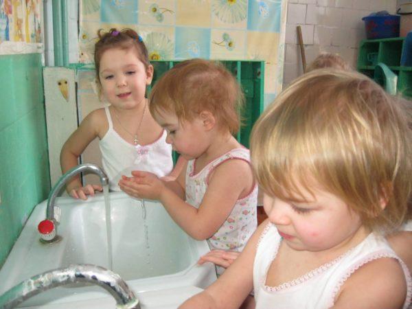 Дети в детском саду умываются