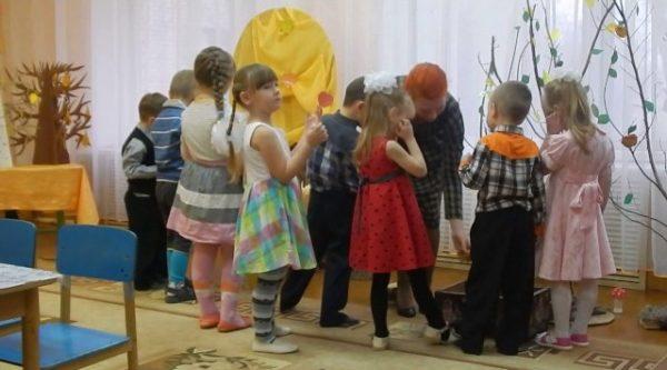 Дети в костюмах для постановки