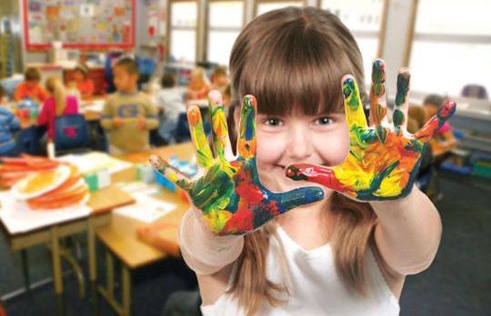 Девочка показывает ладошки в краске