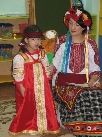 Девочка и педагог в национальных костюмах
