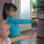 Девочки смотрят на бабочек, надетых на палец (предметы-ориентиры)