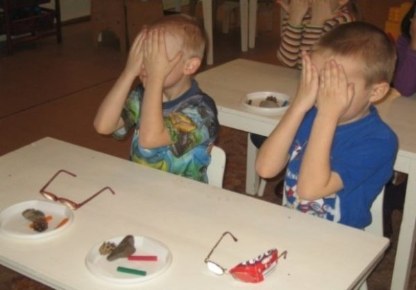 Дошкольники делают зрительную гимнастику