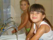 Две девочки моют руки