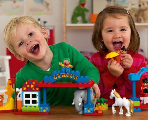 Мальчик и девочка играют в цирк