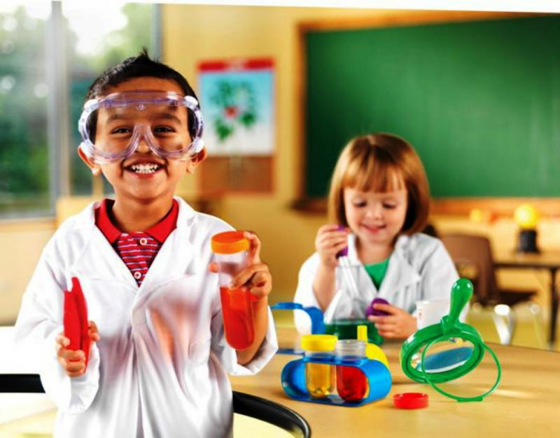 Мальчик и девочка в форме лаборантов