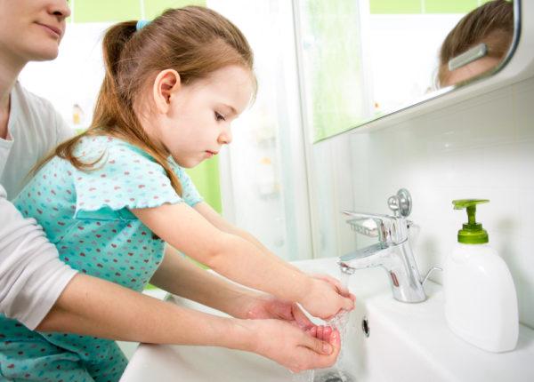 Мама и дочка моют руки