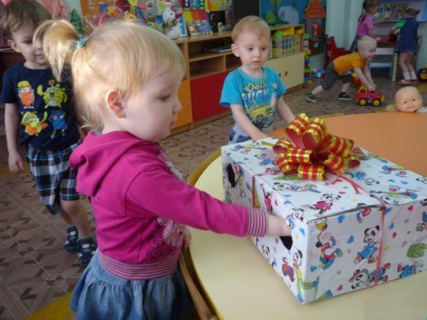 На столе — красивая коробка с бантиком