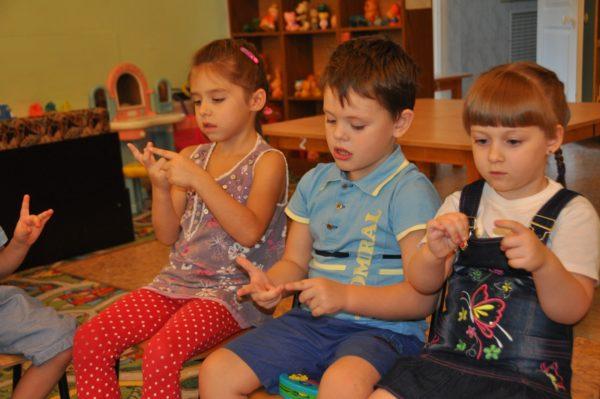 Дошкольники делают пальчиковую гимнастику
