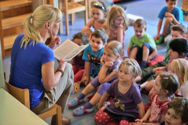 Педагог читает детям книгу