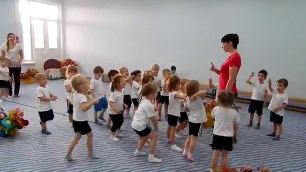 Педагог объясняет детям упражнение