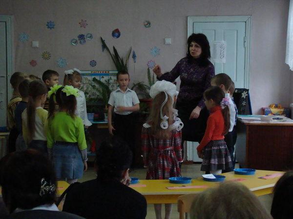 Педагог рассказывает детям