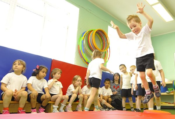 Дошкольники в спортивном зале