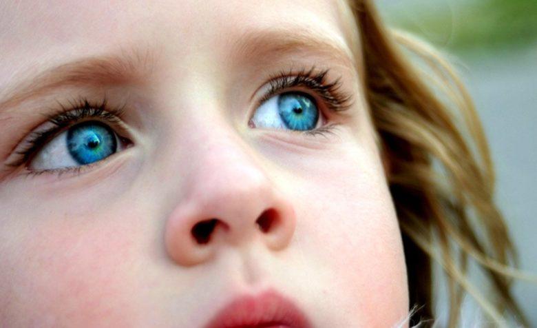 ребенок закрыл глаза