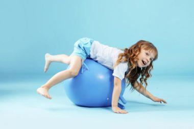 ребёнок занимается физкультурой