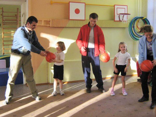 Родители передают мяч детям
