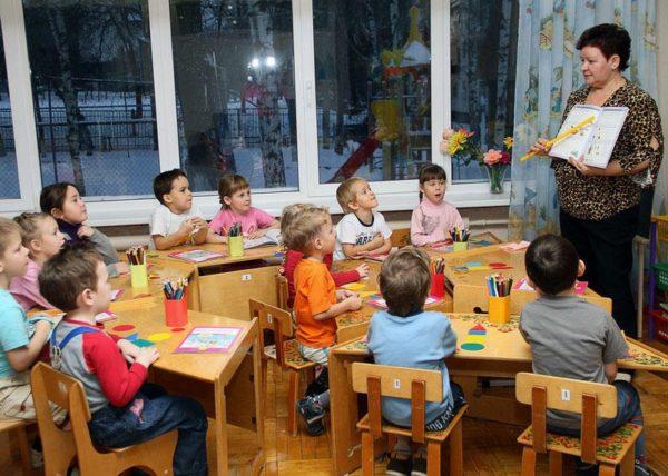 Воспитатель показывает детям книгу