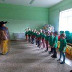 Шеренга детей и педагог в костюме волшебницы