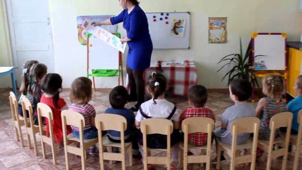 Воспитатель показывает детям картинку
