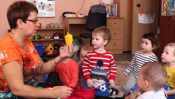 Воспитатель показывает детям сладкий перец