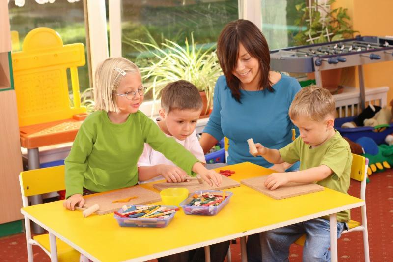 воспитатель занимается с детьми