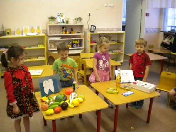 Четверо детей на занятии по здоровьесбережению «Здоровые зубки»