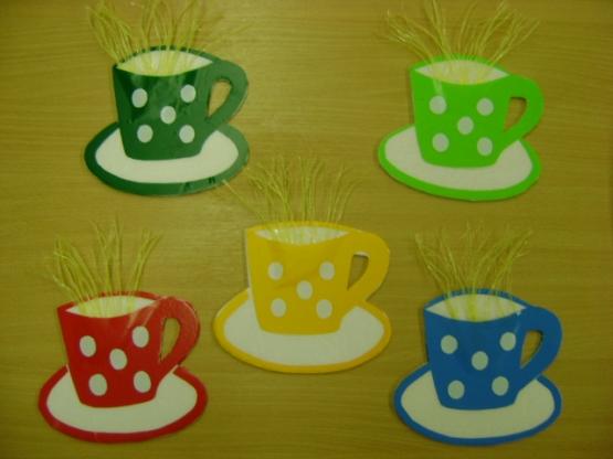 Бумажные чашки с нарезанными в длину кусочками полиэтилена, изображающими пар