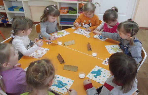 Дети делают аппликацию птиц