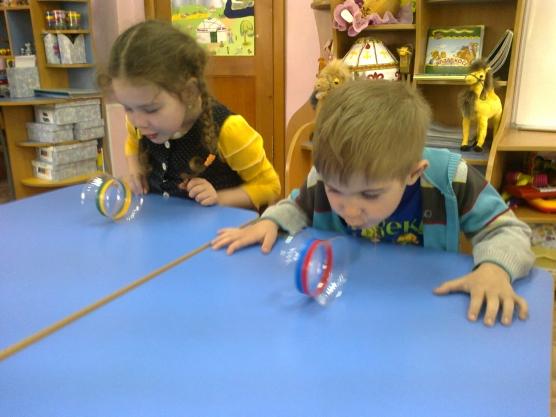 Мальчик и девочка дуют на пластиковые колёса