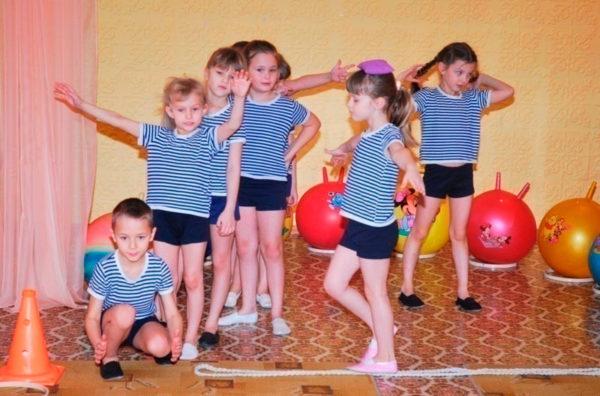 Дети ходят по разложенному на полу канату с мешочком на голове