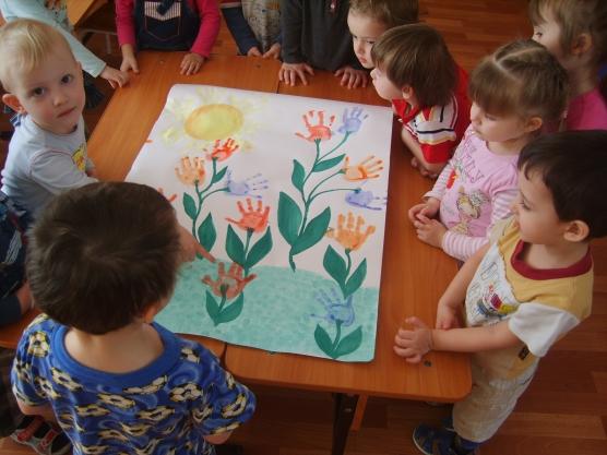 Дети и рисунок тюльпанов ладошками