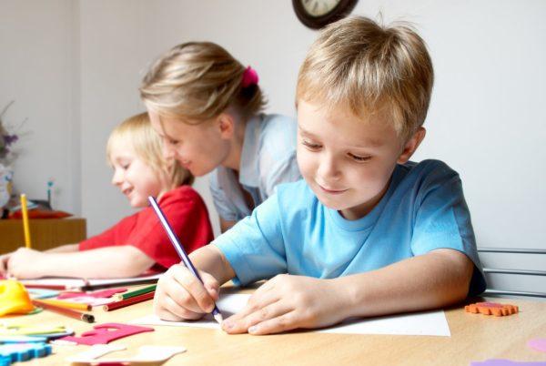 Дети и воспитатель занимаются