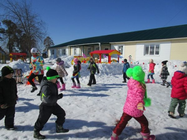 Дети идут по кругу на улице