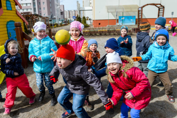 Дети играют на прогулке
