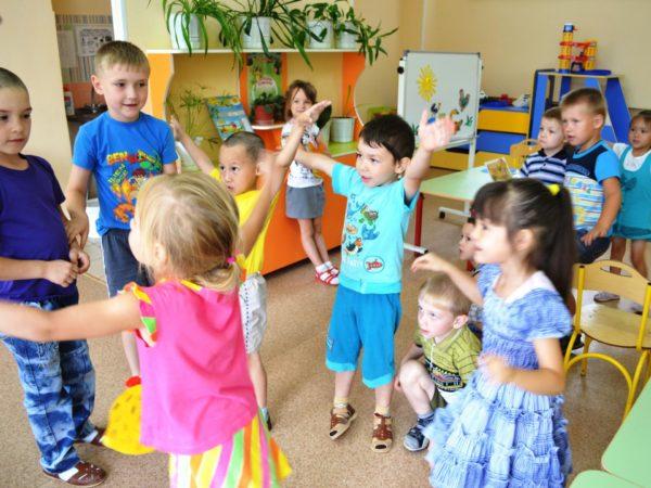 Дети играют в группе в подвижную игру