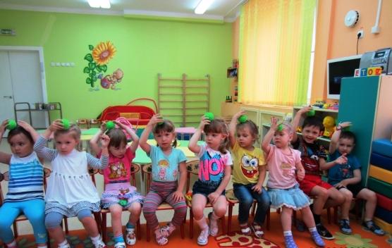 Дети катают по голове массажные мячики