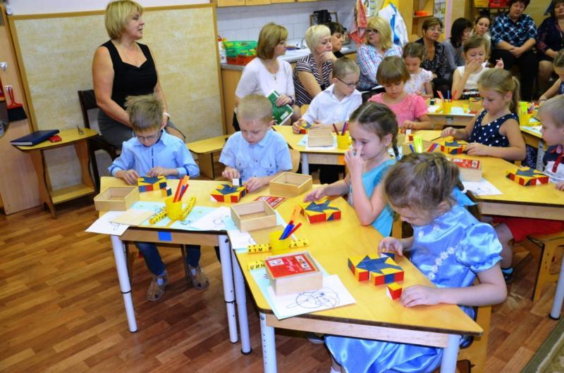 Дети конструируют на занятии