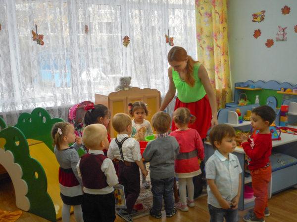 Дети окружили педагога