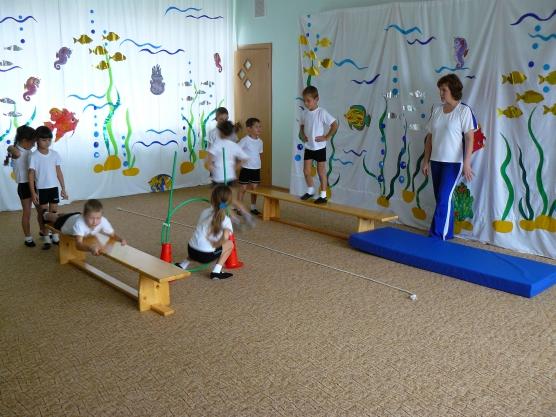 Дети преодолевают полосу препятствий