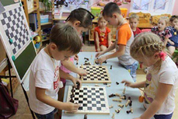 Дети расставляют фигуры на шахматных досках