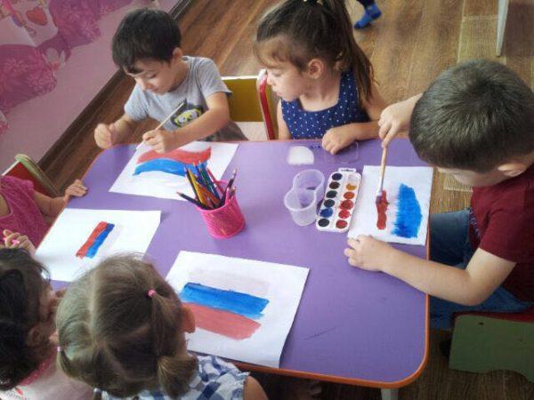 Дети рисуют российский флаг