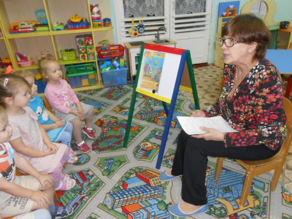 Дети с воспитателем обсуждают картинку по пожарной бесзопасности