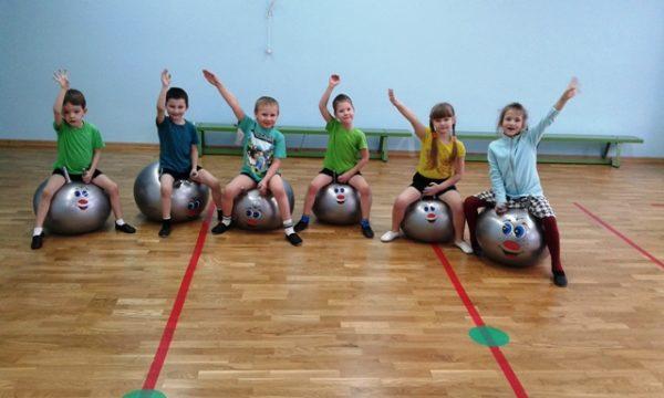 Дети сидят на фитболах