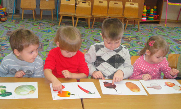 Дети рассматривают картинки с овощами