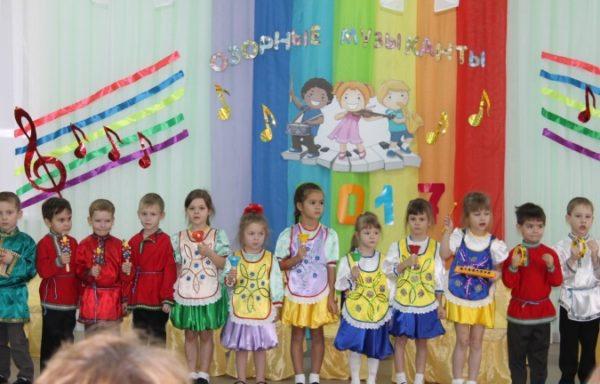 Дети стоят на фоне задника с нотами