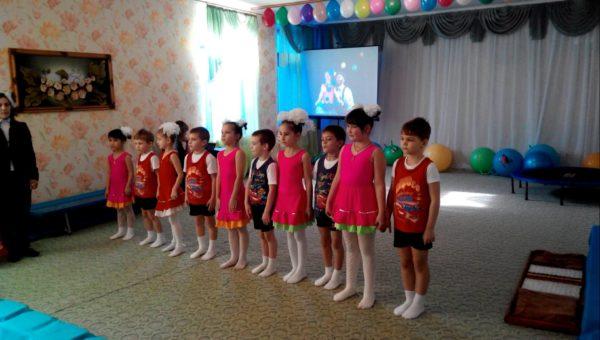 Дети в костюмах стоят в зале
